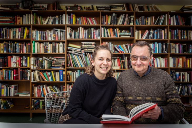 Sandra und Josef in der Bibliothek vom Haus R3