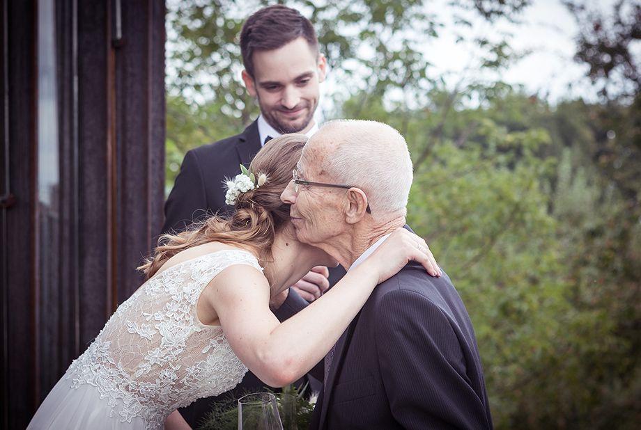 .. noch einmal die Enkeltochter umarmen. Die Samariter-Wunschfahrt machts möglich ..